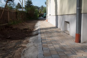 Fertige Pflasterarbeiten - Gepflasterte Wege rund ums Haus.