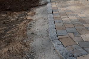 Randsteine aus Granit in Beton eingefasst.