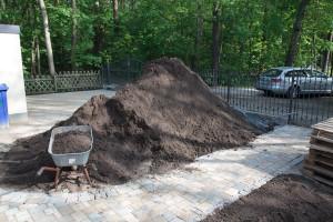 Ein wichtiger Teil der Außenanlage - Verteilung des Mutterbodens