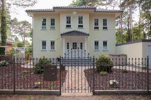 Das Vordach gibt dem Eigenheim einen individuellen Charakter