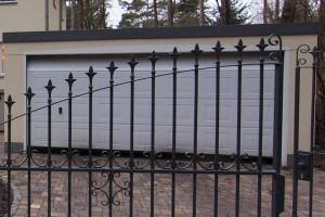 Garage mit breitem, elektrisch betriebenem Tor.