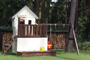 Spielhaus mit Schaukel, Rutsche und Sandkasten