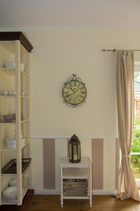 Fertige Wand mit Stuckleiste und Gardinen im Landhausstil