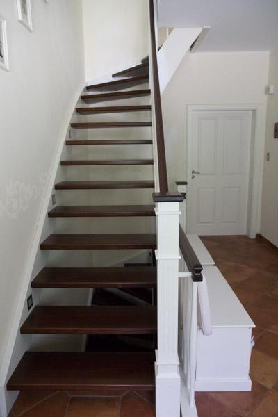 Dusche Behindertengerecht Bauen : Die Treppe ist so breit gebaut, dass im Notfall an ihre Stelle ein
