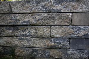 Eine Mauer aus Betonsteinen im rustikalen Design.