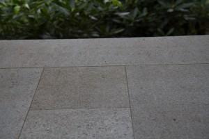Terrasse aus Granitplatten.