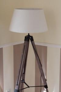 Eine Stehleuchte sorgt immer für ein indirektes gemütliches Licht. Hier sollte man auf eine Energiesparlampe verzichten.