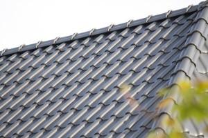 Dacheindeckung mit engobierten Dachziegeln in der Farbe anthrazit