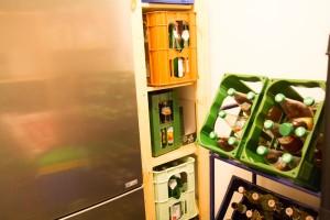 Getränkeregal und Kühlschrank im Vorratsraum