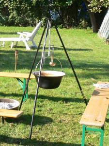 Ein Gulaschkessel mit einem Dreibein ist perfekt über einer kleinen Feuerschale.